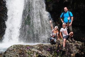 У водопада