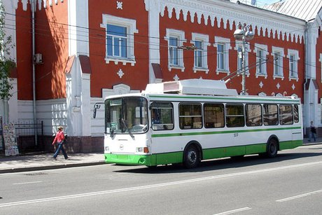 Группа молодых людей избила водителя троллейбуса вИркутске, отказавшись платить запроезд