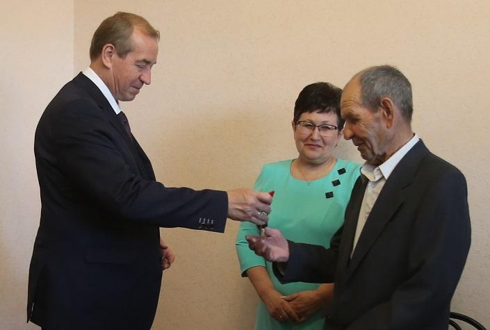 Отец погибшего бортинженера получил квартиру вИркутске