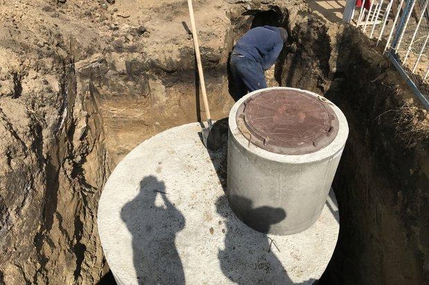 """Монтаж сливной трубы к выгребной яме. Фото предоставлено компанией «Fortes"""""""