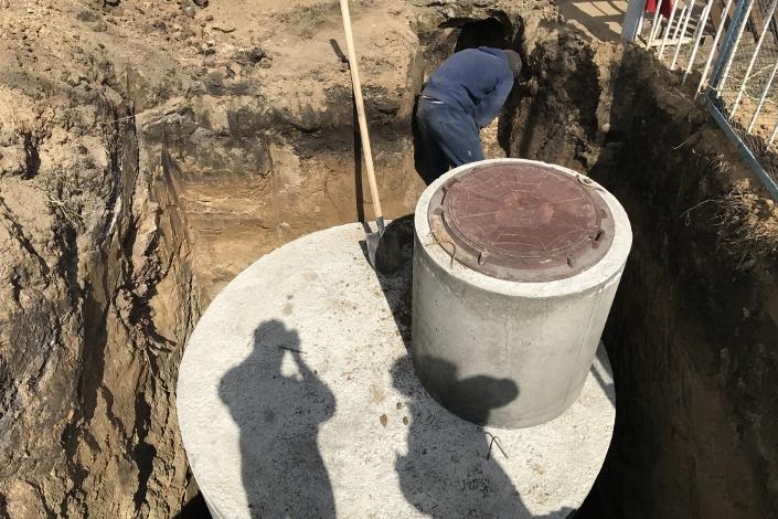 Монтаж сливной трубы к выгребной яме. Фото предоставлено компанией «Fortes»