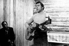 Выступление Владимира Высоцкого в клубе участка «Хомолхо», в Иркутской области. Фото Леонида Васильевича Мончинского, 16 июня 1976 года