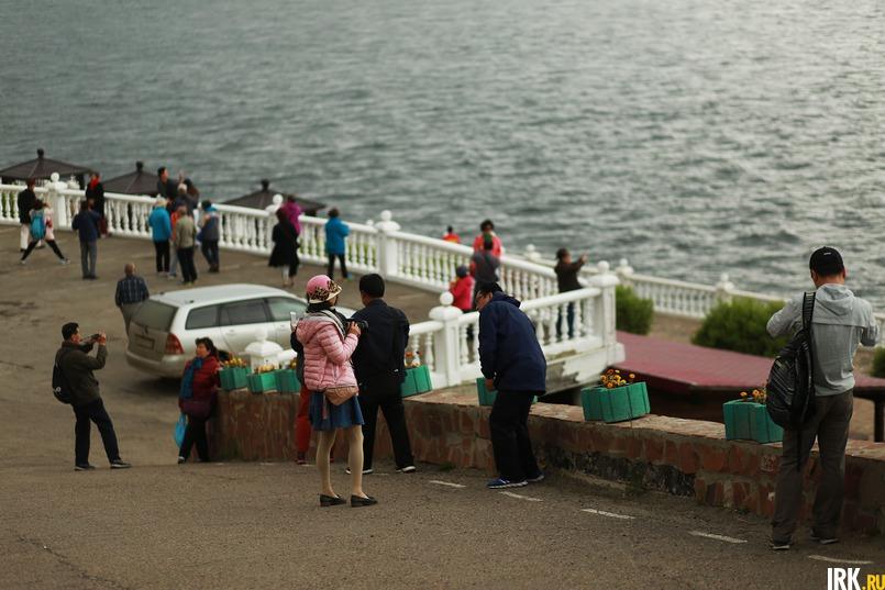 Китайские туристы в Листвянке. Автор фото — Регина Ступурайте