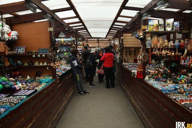 Туристы на рынке в Листвянке. Автор фото -- Регина Ступурайте