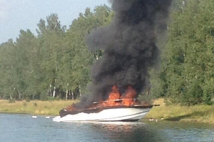 НаИркутском водохранилище огонь навсе 100% уничтожил катер