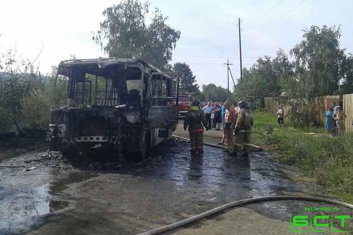 Появились фото изБратска, где находу зажегся «ПАЗ» спассажирами