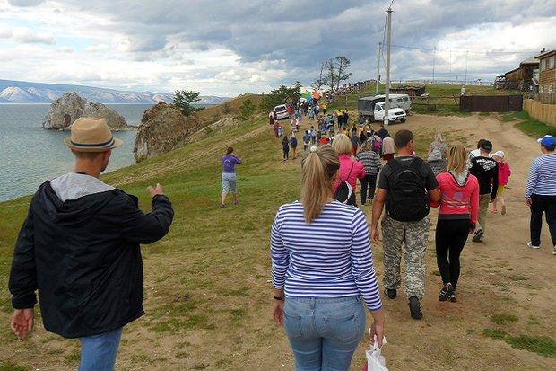 Туристы на Ольхоне. Фото Светланы Латыниной
