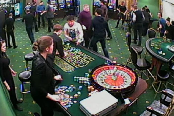 Посетители казино спешно убегают. Скриншот видео