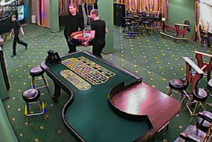 Работники казино убирают оборудование. Скриншот видео