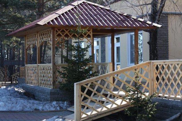 С помощью правильно подобранного кровельного материала легко оформить дом и все надворные постройки в едином стиле. Фото из архива комбината «Волна»