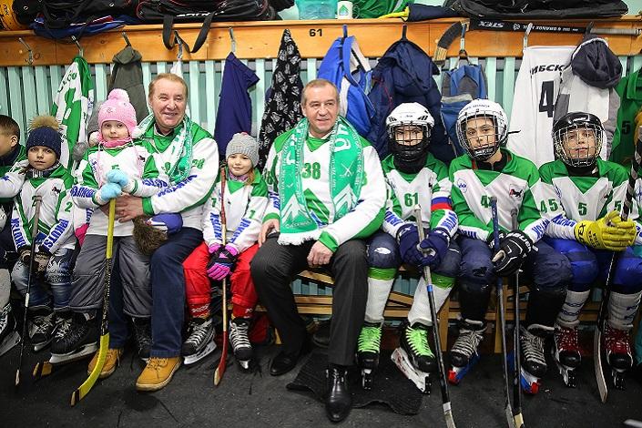 Сергей Левченко с юными хоккеистами. Фото Александра Шудыкина