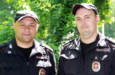 Иркутские полицейские вытянули мужчину изгорящей машины засекунду довзрыва