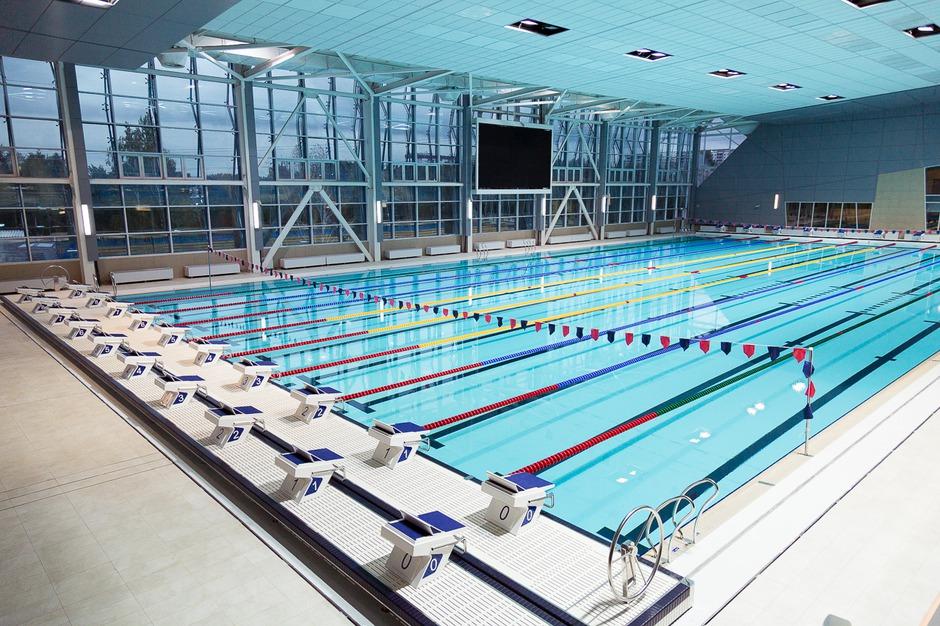 Водноспортивный комплекс с двумя чашами на 25 и 50 метров, отвечает всем международным требованиям.