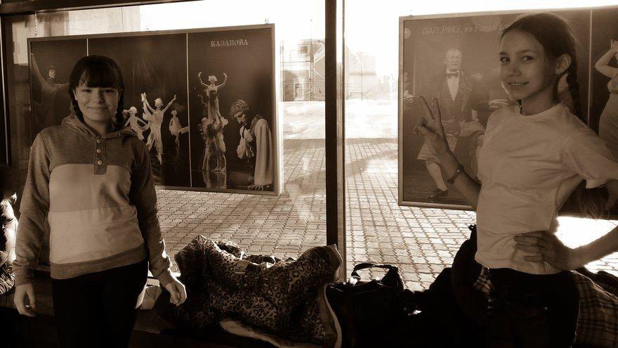 Исполнительницы главных ролей в теплом помещении музыкального театра Загурского