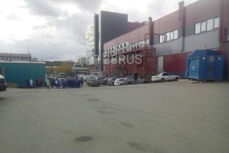 Персонал и гостей эвакуируют изторговых центров Иркутска иАнгарска