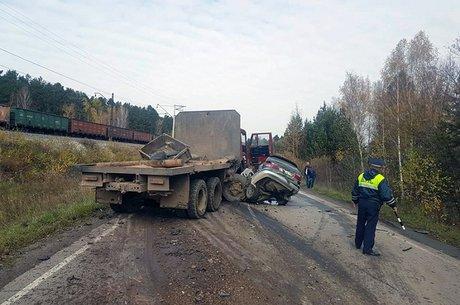 ВШелеховском районе КамАЗ смял легковую машину: два человека погибли