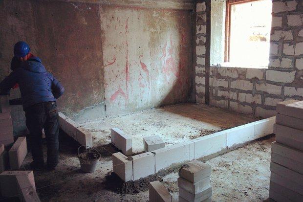 Строители возводят стены, согласно перепланировке