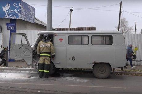 Машина скорой помощи загорелась впериод движения вЧеремхово