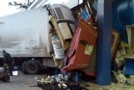 Фургон и иностранная машина протаранили кафе вИркутской области