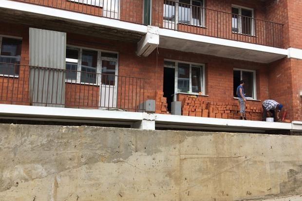 Низ балкона выкладывали кирпичом, а перегородку делали из блоков