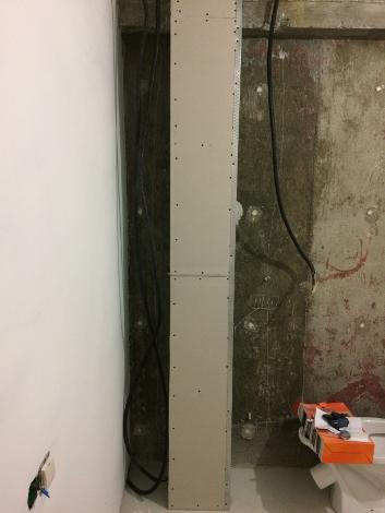 Установка второго короба в спальне, в котором спрятан канализационный стояк