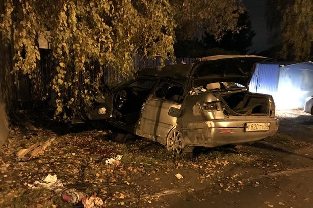 Автомобиль снес деревянный столб и врезался в бетонную стену дома
