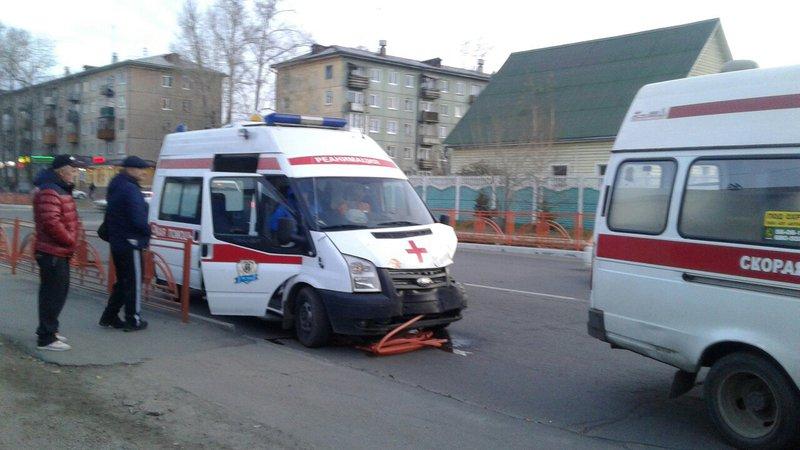 Чудовищное ДТП вИркутской области: автомобиль скорой помощи снес ограждение