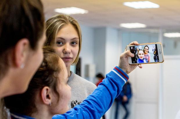 Наталья охотно отвечала на вопросы и фотографировалась с девочками