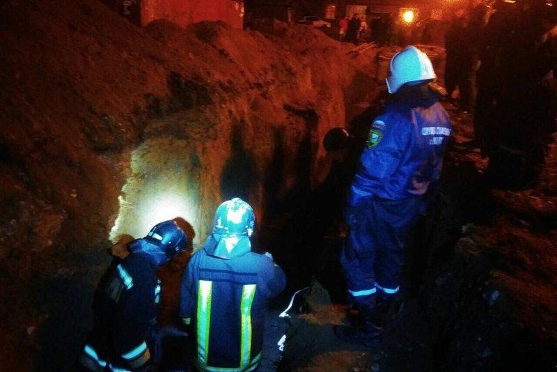 Троих рабочих засыпало землей при обрушении грунта вИркутске