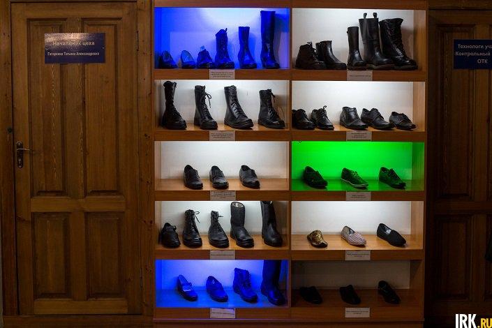 Стенд с готовой обувью