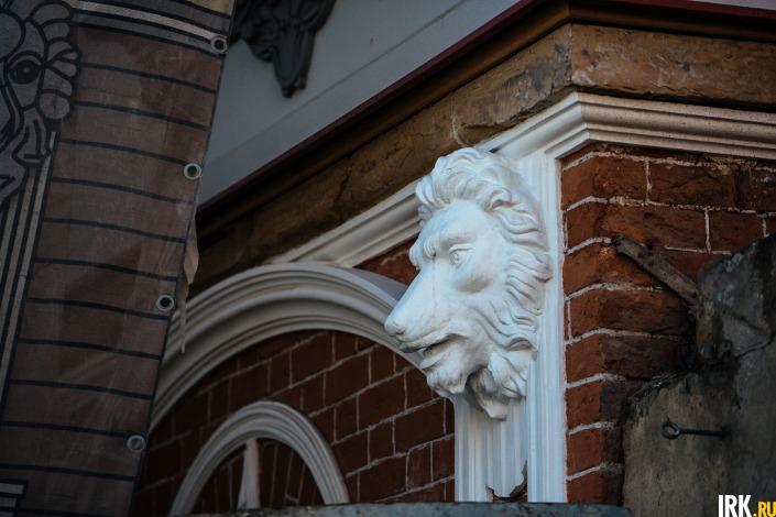 Кто-то в доме видел женщину в белом на лестнице, а кто-то мужчину, ходившего по коридорам