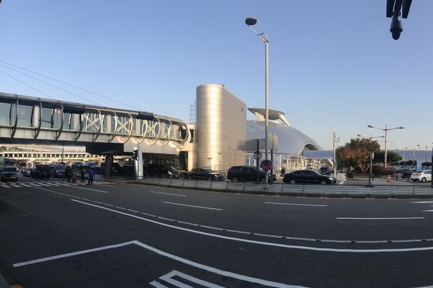 На территории аэропорта расположены стоянки автобусов и такси