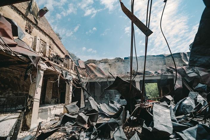 Заброшенные казармы ИВВАИУ регулярно горят. Автор фото — Никита Пятков