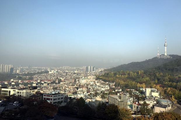 Вид на телебашню на горе Намсан в центре Сеула