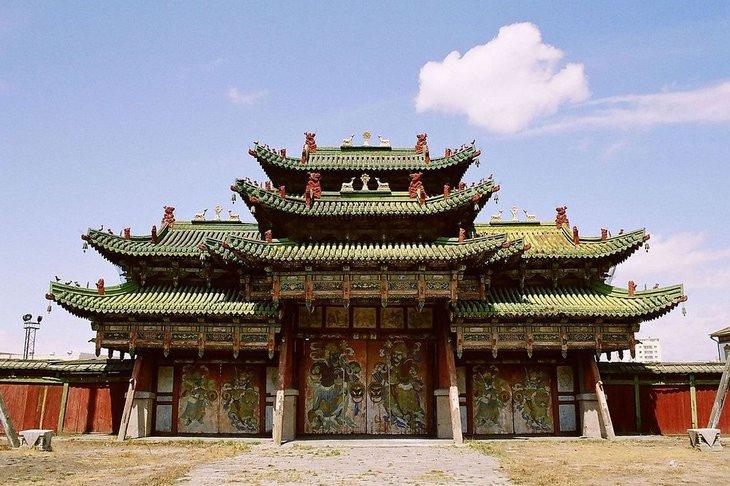 Триумфальные ворота дворца Богдо-гэгэна в Улан-Баторе. Фото с сайта tonkosti.ru