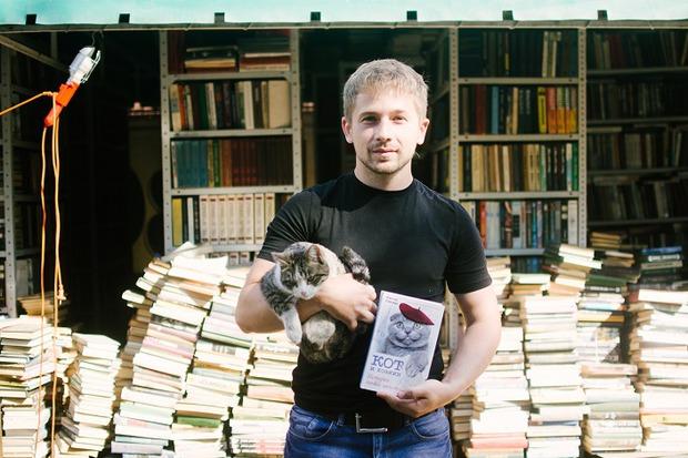 Евгений Гинтов в книжном приюте. Автор фото — Никита Пятков