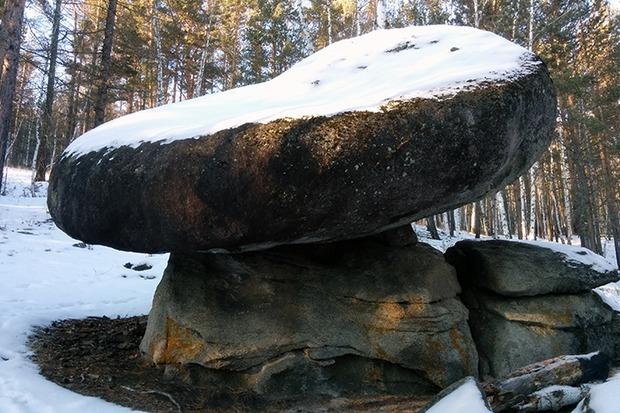 Камень-гриб — намоленное шаманами место. Здесь тоже можно загадать желание, и оно обязательно сбудется.