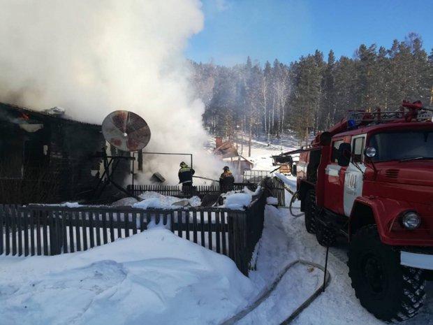 На пожаре в Большом Луге. Фото пресс-службы ГУ МЧС России по Иркутской области