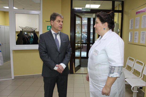 Министр Олег Ярошенко и главный врач поликлиники № 17 Ирина Белоусова. Фото пресс-службы минздрава региона