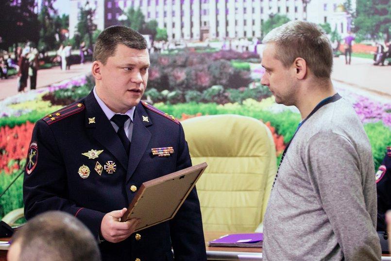Олег Савин вручил Александру благодарность и подарок