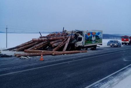 Три человека погибли в трагедии молоковоза илесовоза вИркутской области