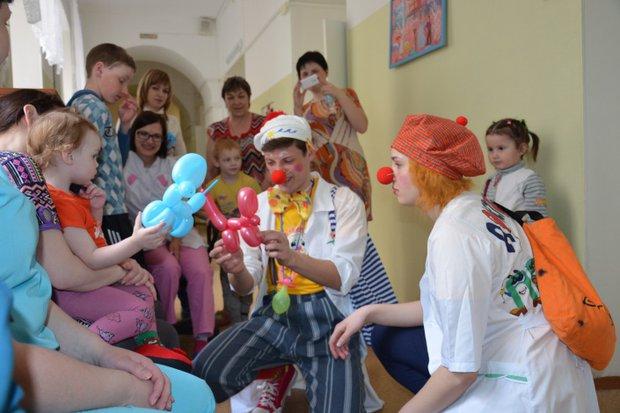 Выступление клоунов — настоящее событие в больничных стенах
