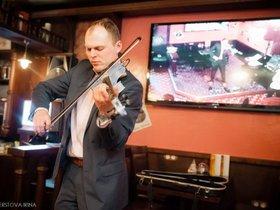 Живая музыка в ресторане «Фуллерс». Играет скрипач Денис Лонсо