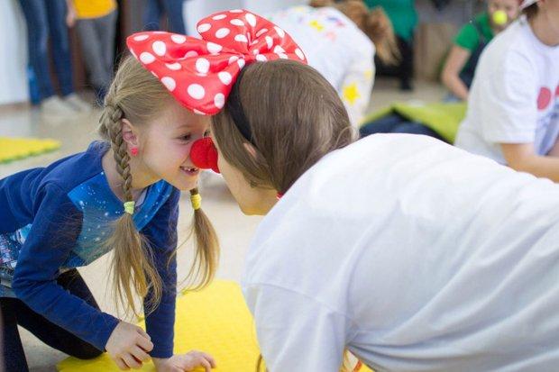 Волонтеры учат детей играм