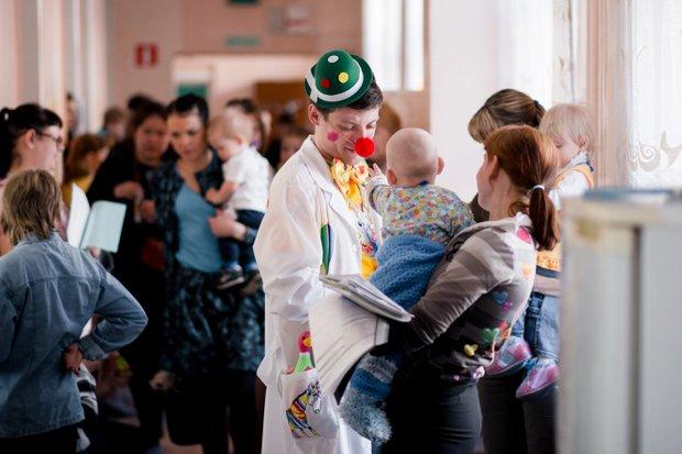 Мамы всегда радуются клоунам не меньше малышей