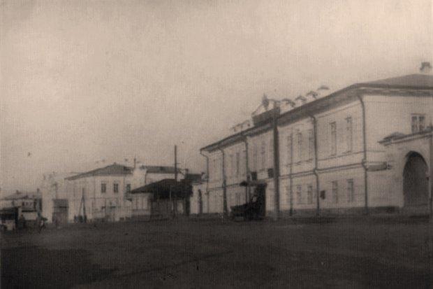 Набережная Ангары, начало 20 века, справа канцелярия генерал-губернатора