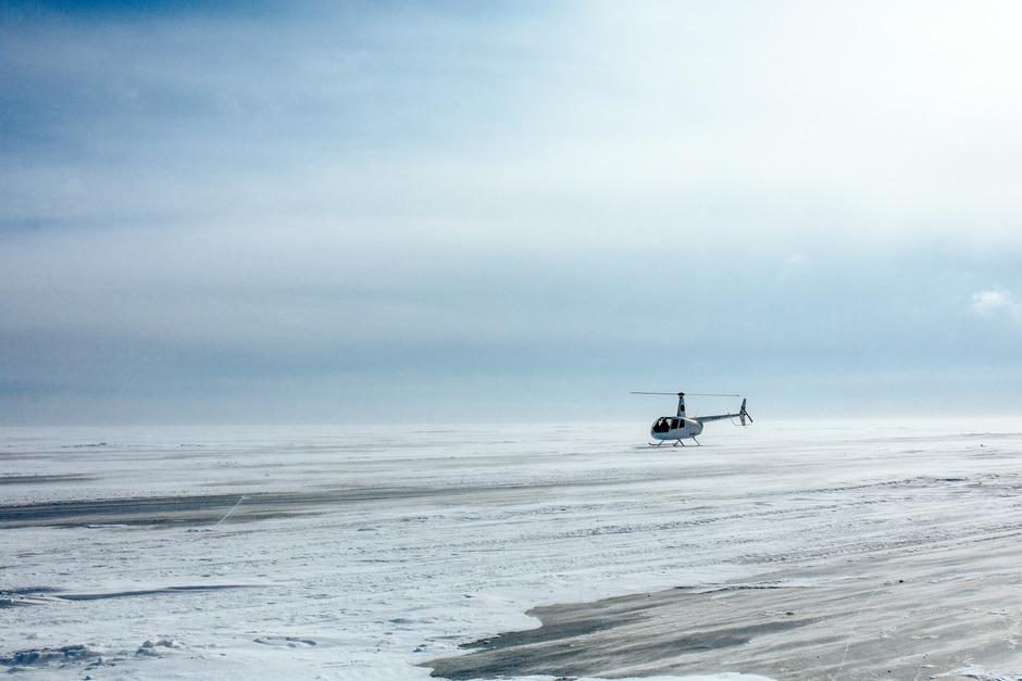 На Байкале дул сильный ветер. По льду бесконечно стелилась поземка, а легкий вертолет, летевший против ветра, приземлялся с большим трудом.