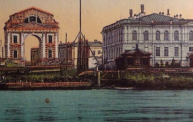 Справа - корпус, построенный в 1903 году