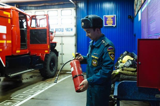 Станислав показал, как воспользоваться огнетушителем и рукавом
