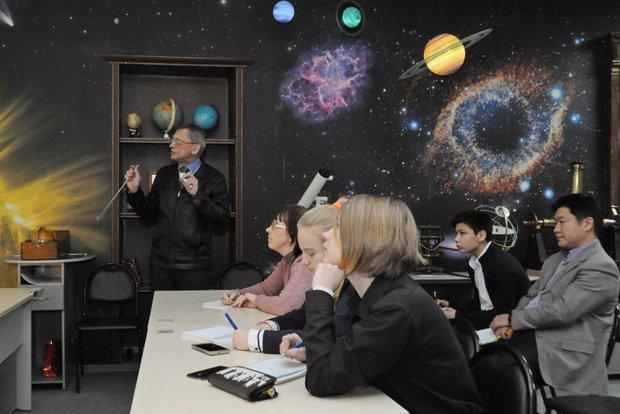 Сергей Язев читает лекцию
